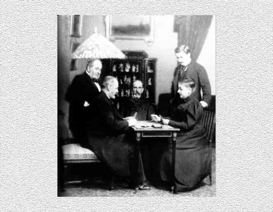 Don Jorge Loring el primero por la izquierda y su mujer Amalia Heredia jugando a las cartas en casa.
